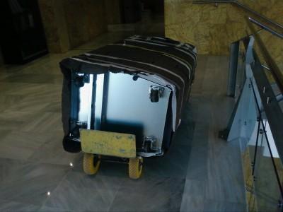 Cabina tumbada sobre carretilla