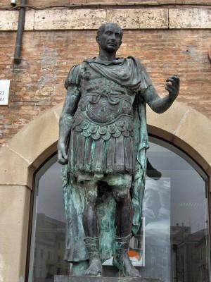 Estatua de Julio César en Rímini (Cortesía de la Wikipedia)