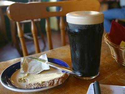 Pinta de Guinness y rebanada con mantequilla (Fuente: Wikipedia)